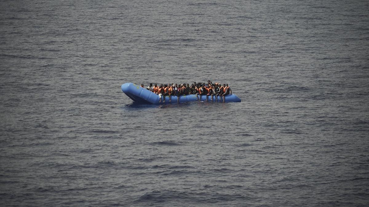 En båt med migranter utanför Libyens kust. Arkivbild.