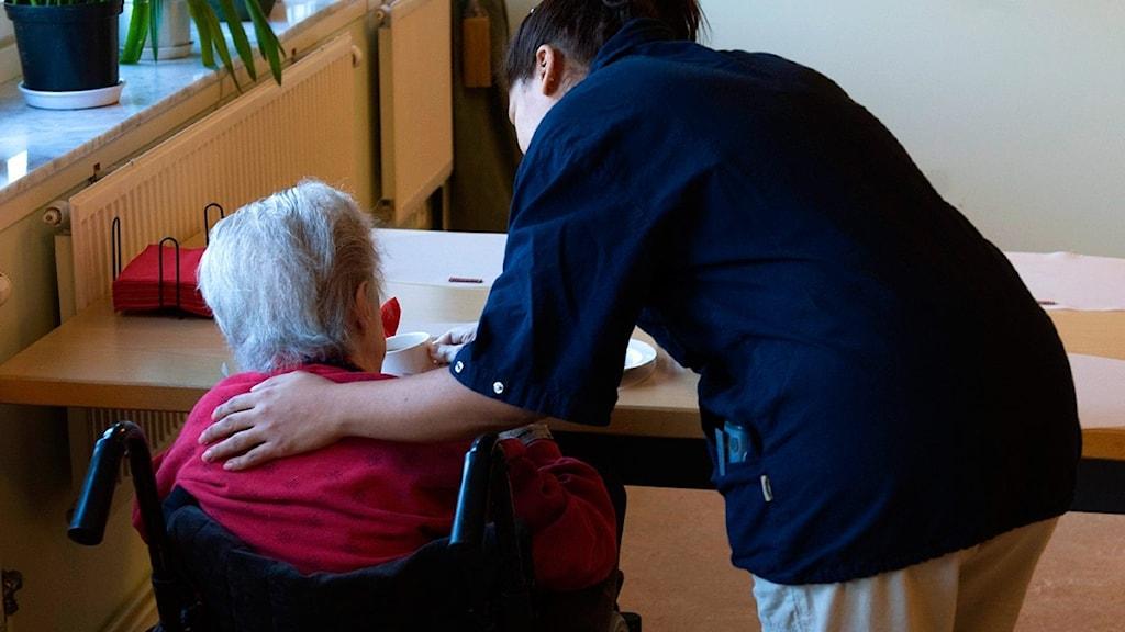 Äldre kvinna får hjälp. Foto: Henrik Montgomery/Scanpix.