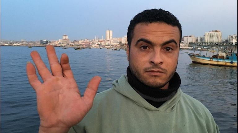 Fiskaren Hassan Mourad visar upp en skottskada i handen