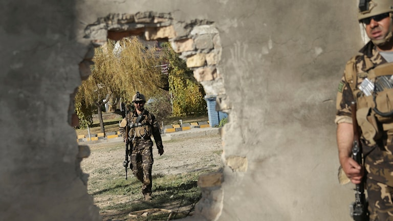 Säkerhetspersonal på plats efter ett tidigare självmordsdåd i Kabul. Arkivbild.