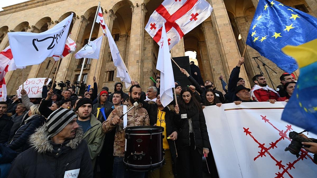 I Georgiens huvudstad Tbilisi samlades i dag tiotusentals personer utanför landets parlament för att protestera mot en utebliven ändring av valsystemet.
