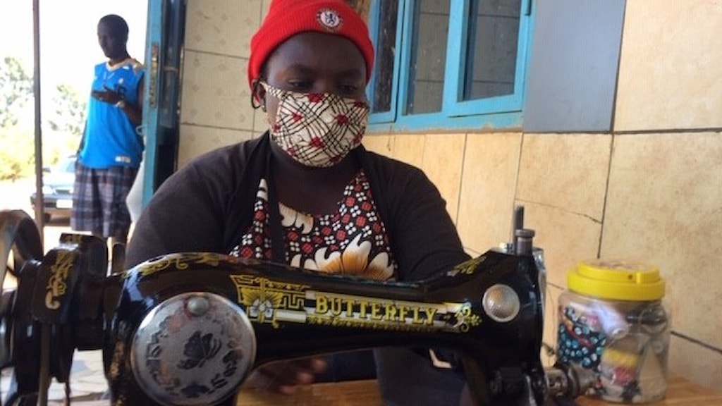 Leoncie Umurergwa som sitter vid en symanskin.