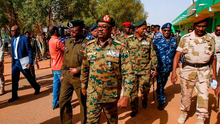 General Jamal Omar omgiven av flera andra militärer.