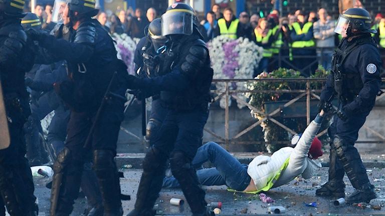 400 skadade vid franska bensinprotester.