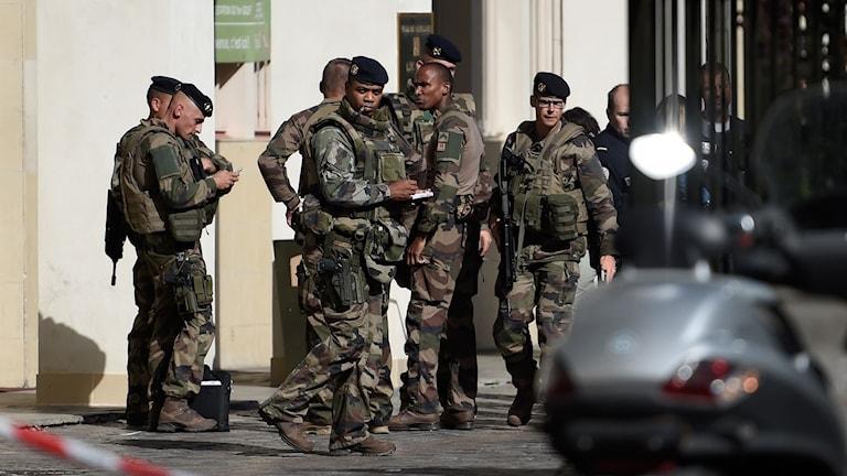 Flera soldater står i klunga.