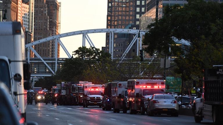 Ambulanser på kö längs gatan där attacken skedde.