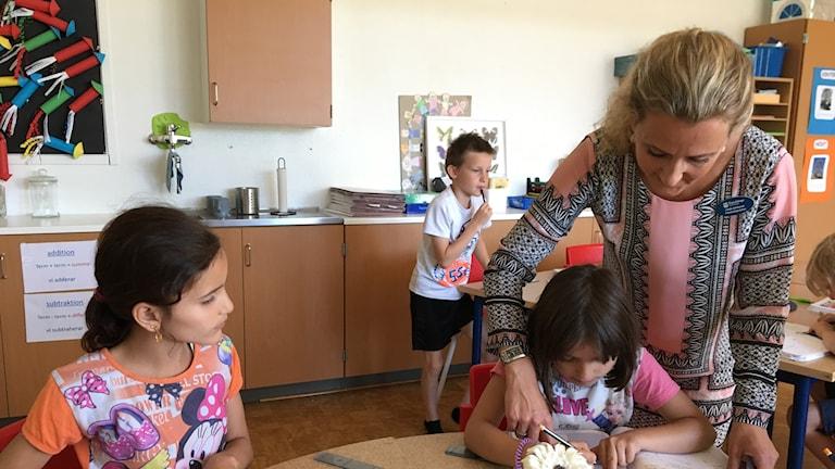 Läraren Linda Johnsson på Prästavångsskolan i Östra Göinge tar emot nya elever under terminen i klassen. Eleverna hjälper varandra att översätta vad Linda säger  och får stöd av studiehanledning på sitt modersmål. Katarina Helmerson/Ekot.