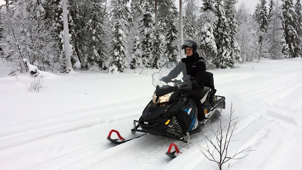 Eldriven snöskoter i Rovaniemi.