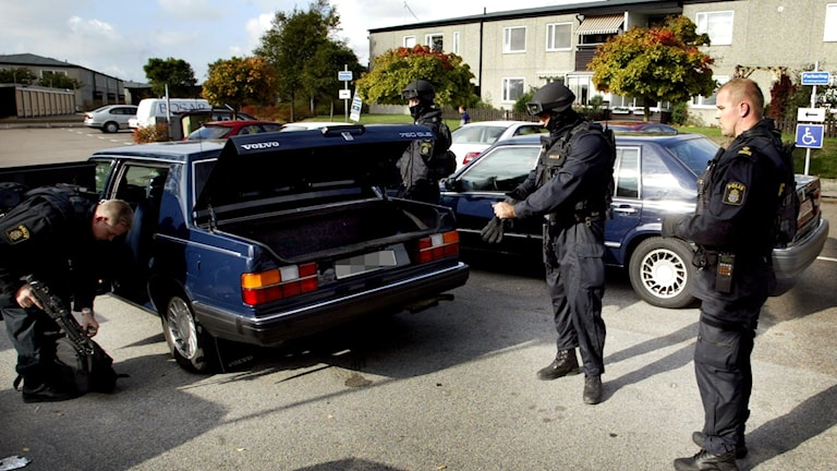 Ett av de ouppklarade mord som polisen nu publicerar information om skedde 22 juni 2003 vid Norvalla Idrottsplats i Helsingborg. Här undersöker polisen en bil kort efter mordet.