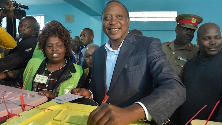 Kenyas president Uhuru Kenyatta, när han röstade i tisdags.