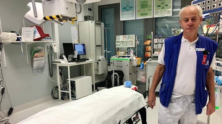 Lennart Adamsson vid en operationssal i ett sjukhus.
