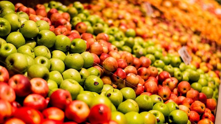Konsumenter behöver få större acceptans för frukt och grönt som inte är helt utan skador. Det menar Livsmedelsverket, Naturvårdsverket och Jordbruksverket.