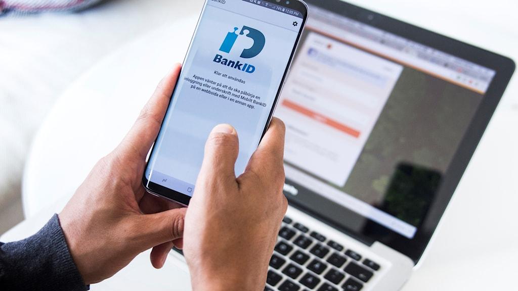 Man använder sig av mobilt bank-id för att logga in på internetbank.