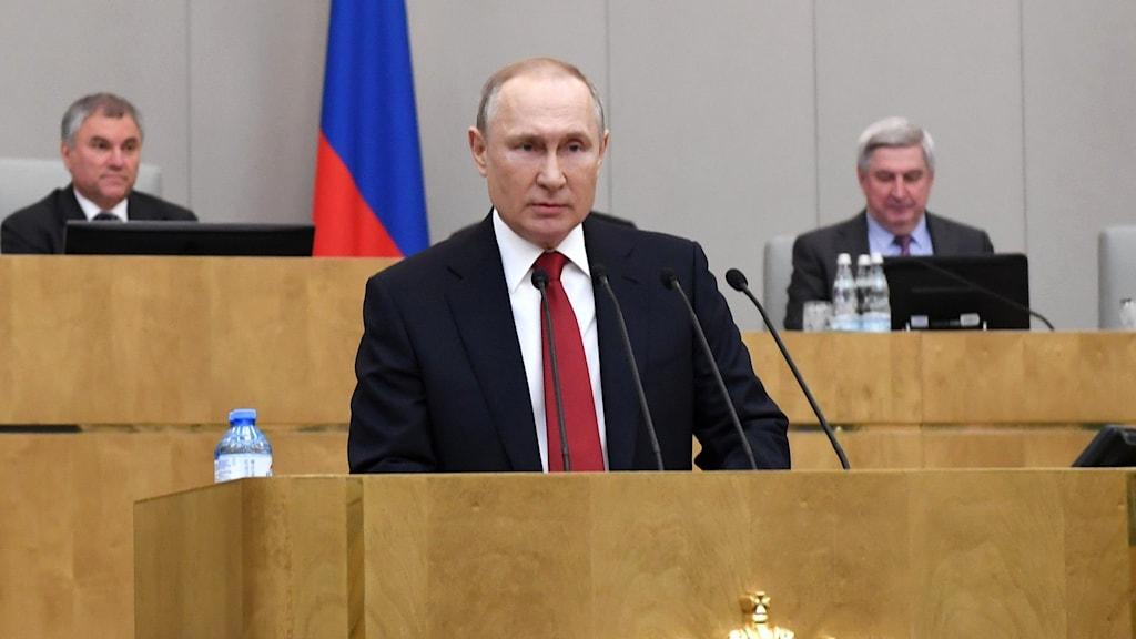 Den ryske presidenten Vladimir Putin håller tal under omröstningen.
