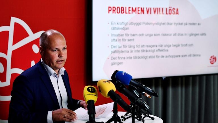 Justitieminister Morgan Johansson framför regeringens presentation.