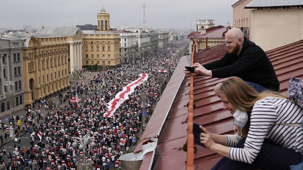 Tiotusentals demonstranter i Belarus huvudstad Minsk.
