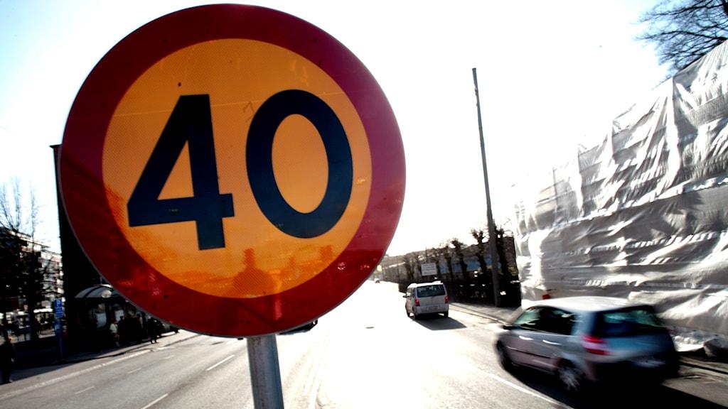En 40-skylt på en gata.