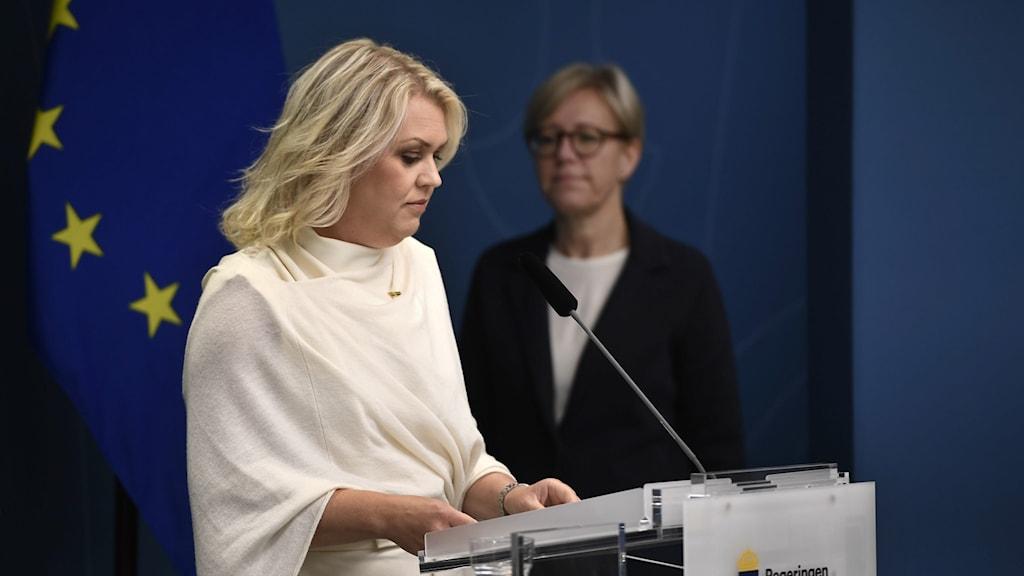 Lena Hallengren (S), socialminister och Sofia Wallström, generaldirektör på Inspektionen för vård och omsorg (IVO) , på pressträff om granskning av vården på äldreboenden under Covid-19.