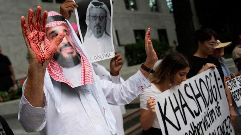 Demonstranter utanför Saudiska ambassaden i Washington DC.