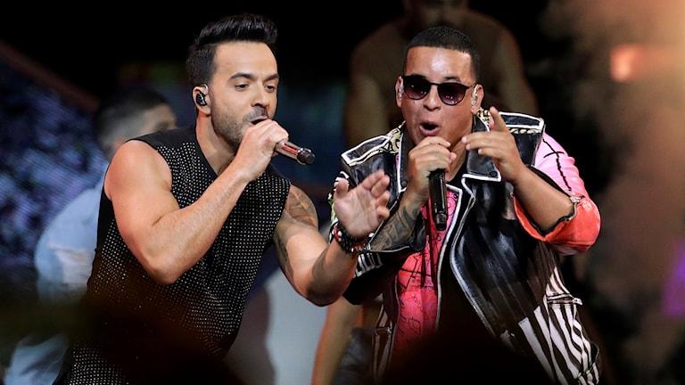 Två män med mikrofoner som sjunger.
