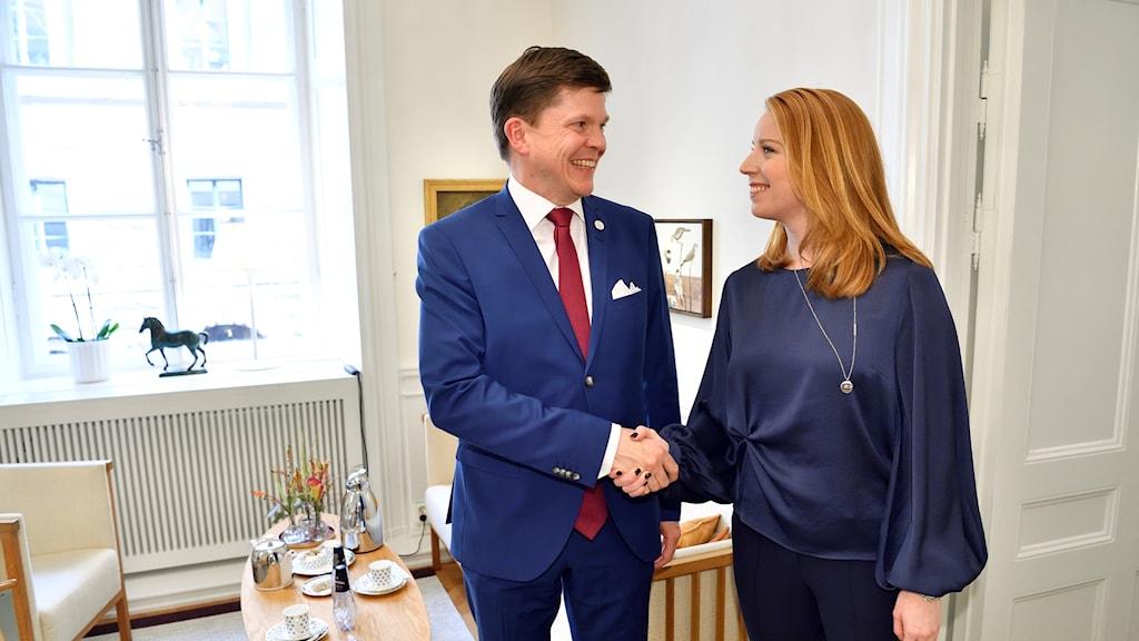 Talman Andreas Norlén tar emot Centerpartiets partiledare Annie Lööf (C) i riksdagen.