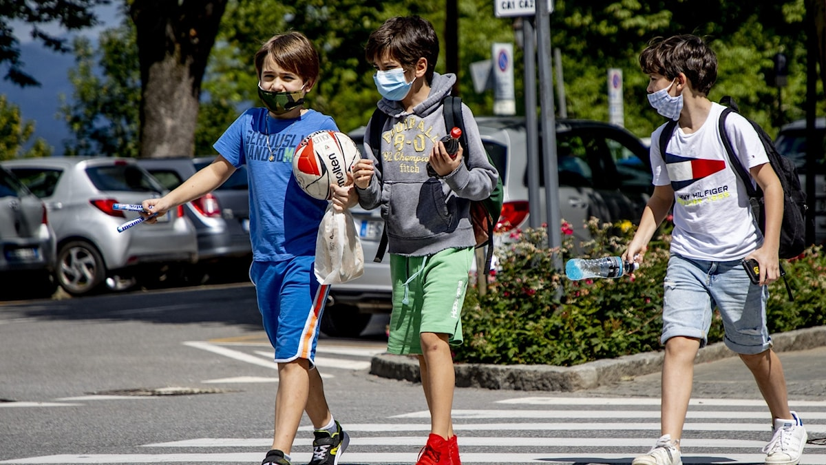 Barn med munskydd.