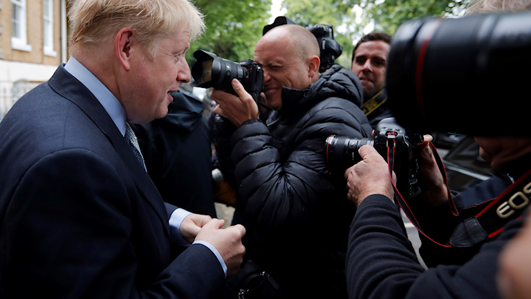 Boris Johnson lämnar sitt hus.