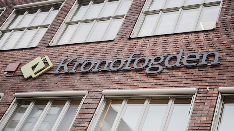 Bild på fasaden vid Kronofogdens huvudkontor i Sundbyberg i Stockholm.