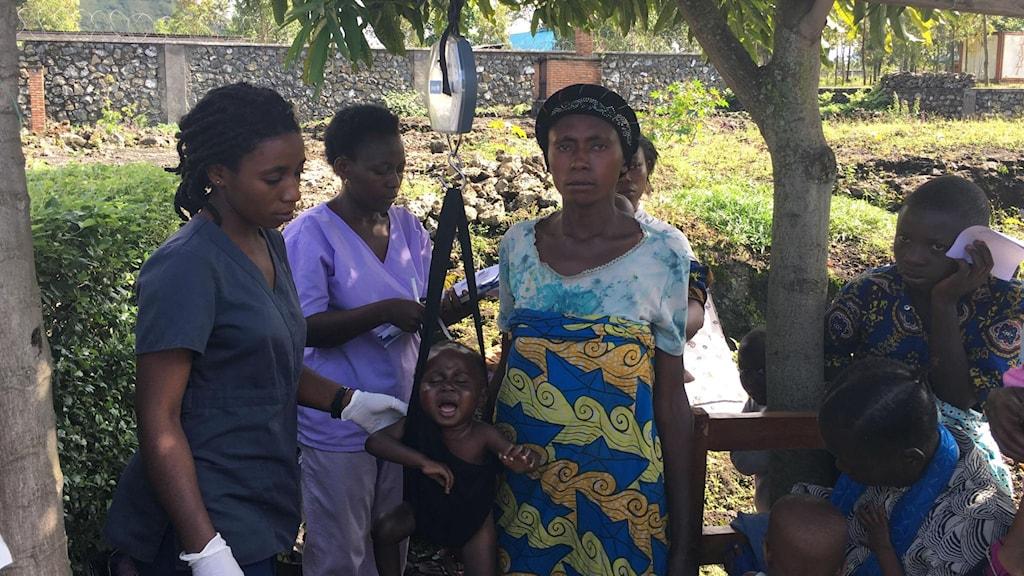 9-barnsmamman Bibiche i Goma Demokratiska republiken Kongo med undernärda 2-åriga sonen Agisha som väger 7 kg, men borde väga minst 12.
