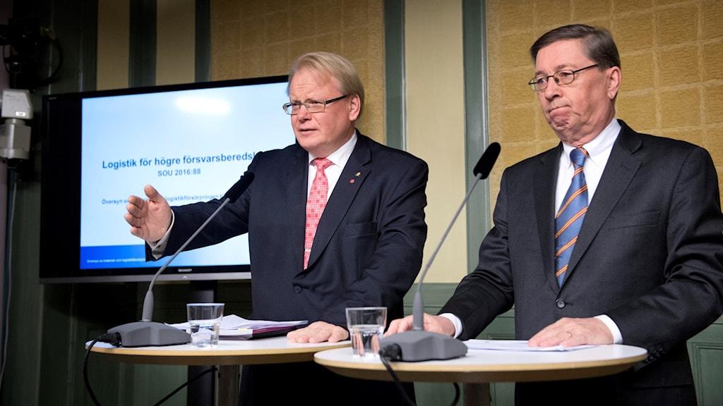 Försvarsminister Peter Hultqvist och regeringens särskilde utredare Ingemar Wahlberg i Rosenbad.