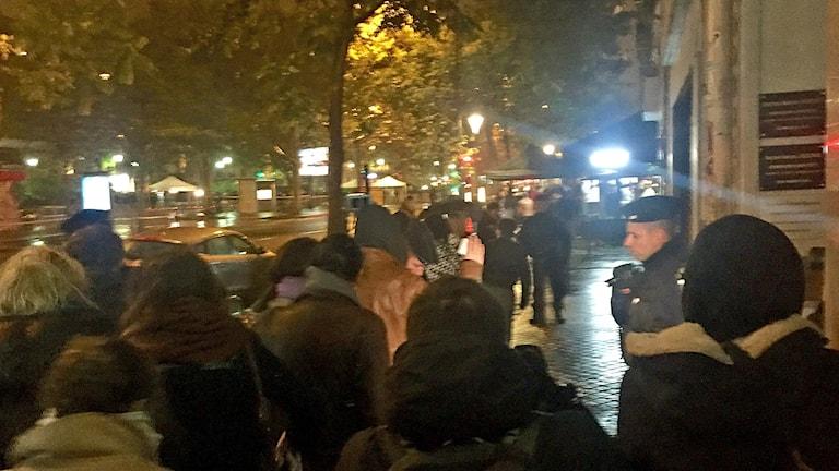 Lång kö utanför konsertlokalen Bataclan i Paris inför minneskonserten med Sting.