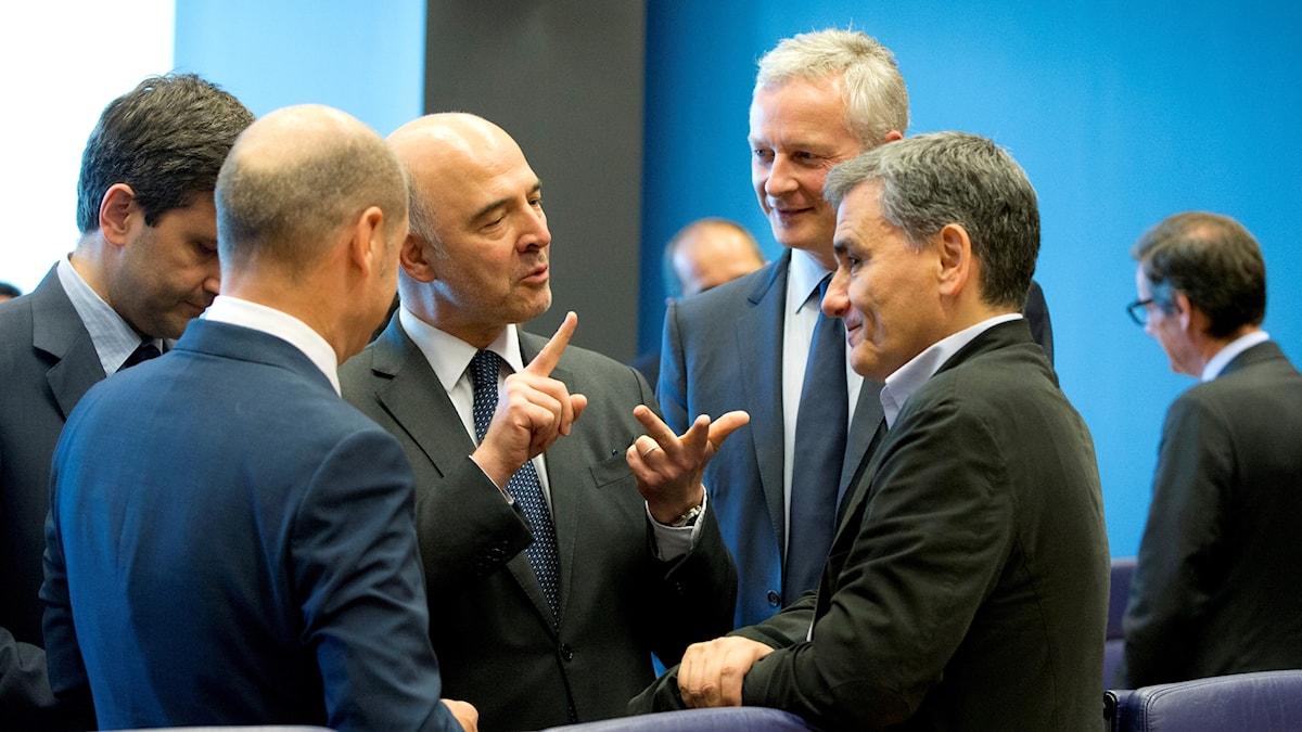 Greklands finansminister i samtal med bland andra EU:kommissionären för ekonomi Pierre Moscovici i Luxembourg.