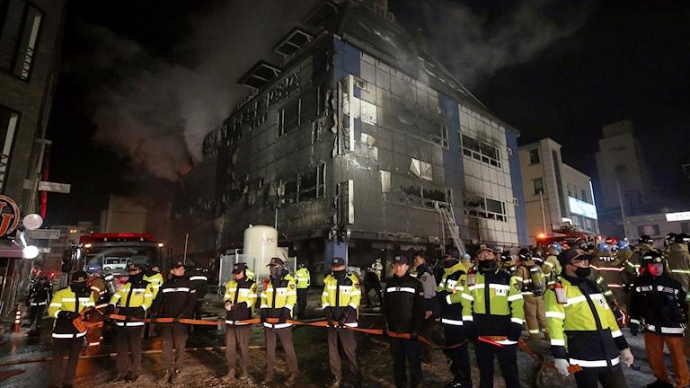 Rök stiger från byggnaden i Jecheon.
