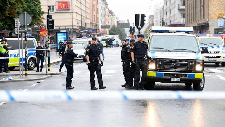 En polis har blivit skadad vid Medborgarplatsen i Stockholm. En person har gripits. Foto: Fredrik Sandberg
