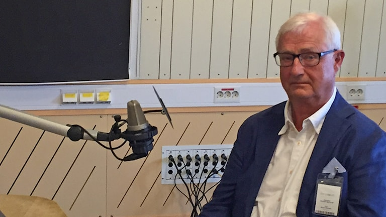 Sverker Martin-Löf intervjuas i Sveriges Radios studio.