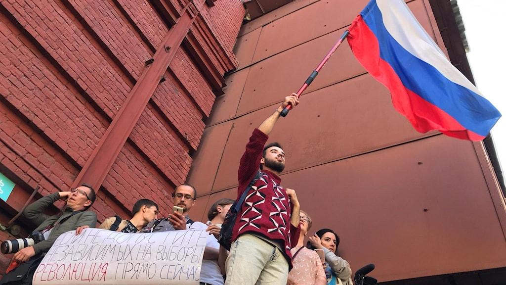 Några av demonstranterna hade klättrat upp på ett tak vid valkommissionen.