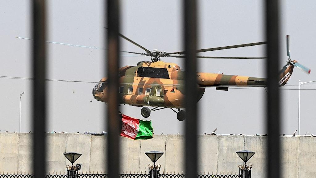 Militärhelikopter ovanför Afghanistans parlament i Kabul