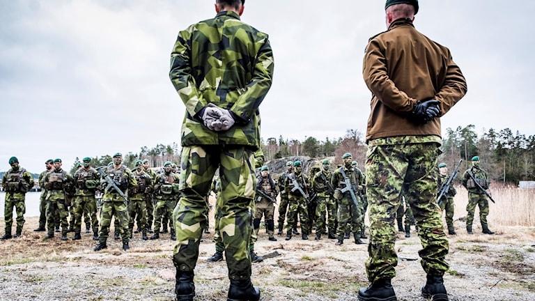 Militärer på led