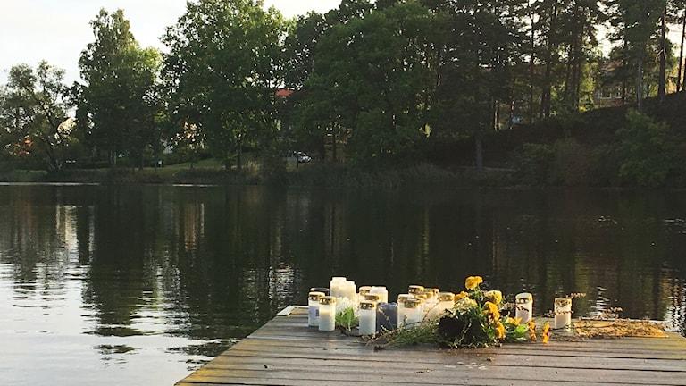 Blommor och ljus på brygga