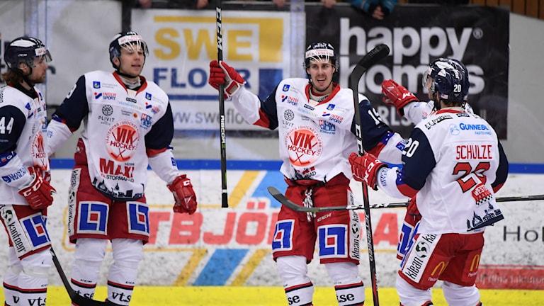 Hockeyspelare som firar ett mål.