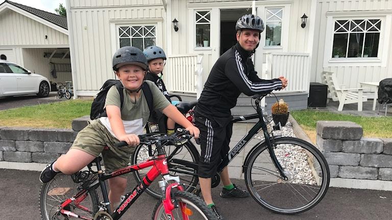 Familjen Hjelm på väg till skolan