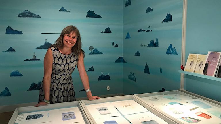 """Marit Thörnqvist visar bland annat upp """"misslyckade bilder"""" som inte kom med i boken Den lyckliga ön   I en del av utställningen finns böcker på bland annat arabiska och persiska, och där kan man sitta och läs."""