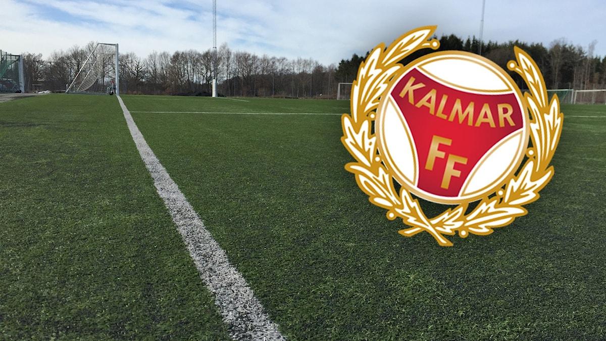 En fotbollsplan och ett KFF-märke.