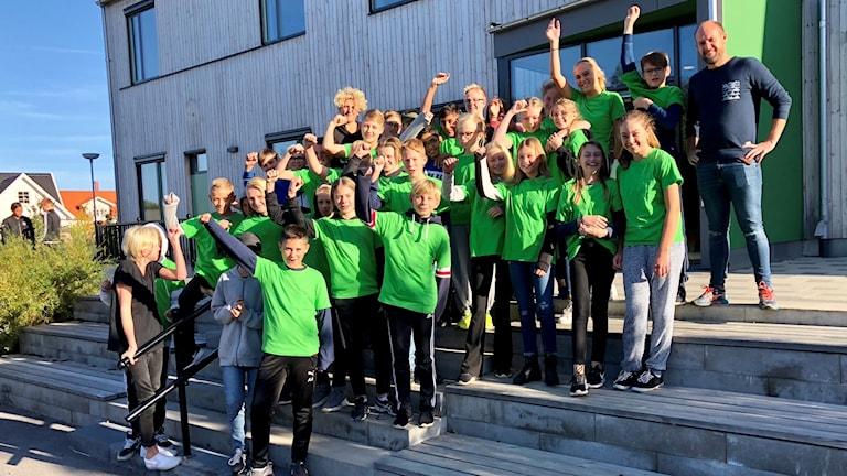 Barn på trappa framför skola