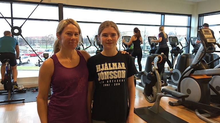 Sofia Ryman Augustsson och Liv Augustsson tränar på gymmet ihop.