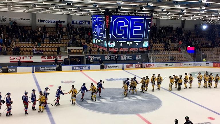 Spelare i Oskarshamn tackar spelare i Södertälje