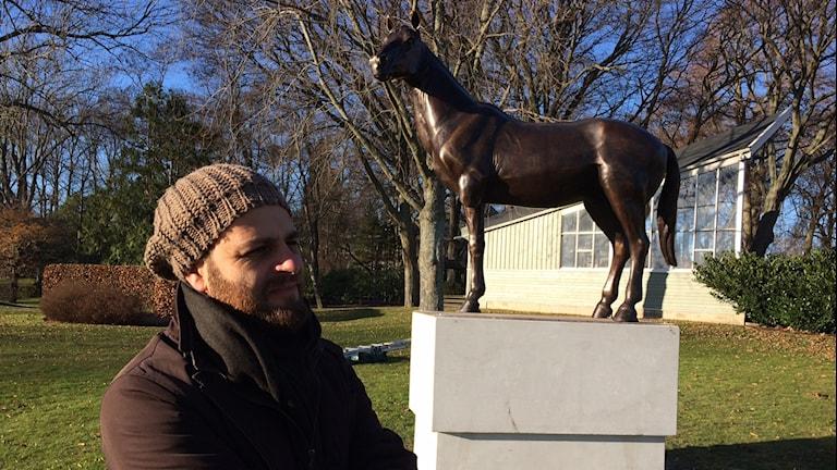 Austin Camillieri från Malta och hans bronsstaty av en trebent häst som står ute i stadsparken.
