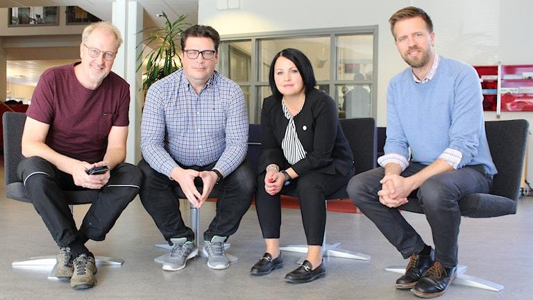 Mats Lindqvist Billmark, Magnus Krusell, Malin Gruvhagen och Joachim Lantz sitter på varsin stol.
