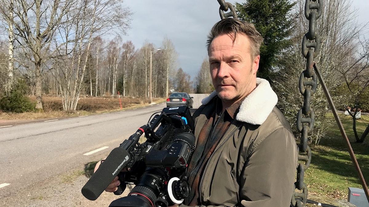 mats eklund med sin filmkamera utanför sin studio i Björksebo