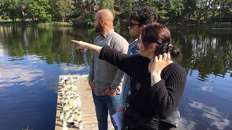 Adid Awes, Amir Trabulsi och Carolina Lindgren på bryggan vid Linnéasjön i Nybro